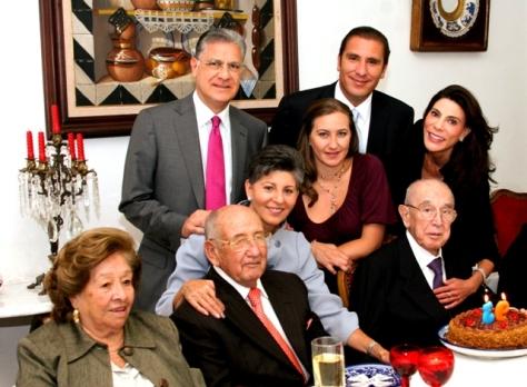 EL GENERAL ACOMPAÑADO DE FAMILIARES